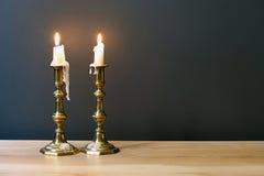 Retro- Kandelaber mit brennenden Kerzen im unbedeutenden Raum Lizenzfreies Stockbild