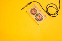 Retro kasety taśma i audio dźwigarka na żółtym tle kosmos kopii fotografia stock