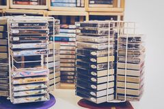 Retro- Kassette vom vorderen weißen Hintergrund 80s Stockfotos