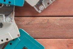 Retro- Kassetten auf hölzernem lizenzfreie stockfotografie
