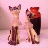 Retro- Katzenstatuen mit orange Vase Lizenzfreie Stockfotos