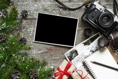 Retro Kerstmisachtergrond met uitstekende camera en lege foto Royalty-vrije Stock Afbeeldingen