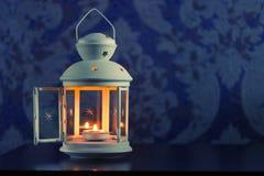 Retro- Kerzenständer mit Kerzen auf blauem Hintergrund stockfoto