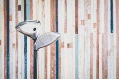 Retro kij golfowy z rocznika starym drewnianym bacground z odbitkowym spac Zdjęcie Stock