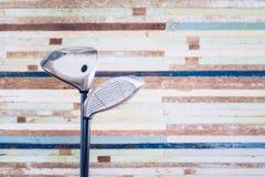 Retro kij golfowy z rocznika starym drewnianym bacground z odbitkowym spac Zdjęcia Royalty Free