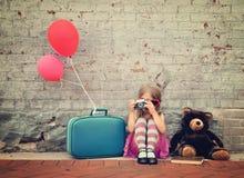 Retro- Kind, das Foto mit alter Kamera draußen macht Stockfoto