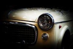 Retro klassieke auto op zwarte achtergrond Elegante wijnoogst, Royalty-vrije Stock Foto's