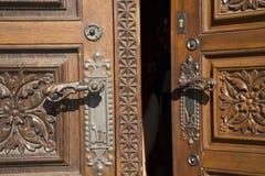 Retro- klassisches Holztür- und anitquetürverschluss im altem Stil von der Kirche von St. Ludmila Lizenzfreie Stockbilder