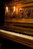 Retro- Klavier mit Kerzeleuchte Stockfoto