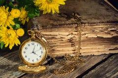 Retro klocka för bok Arkivfoto