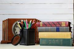 Retro klocka för gammal bok Arkivbild
