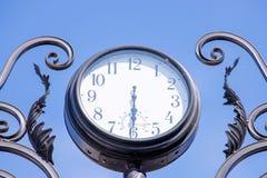 Retro klocka för gammal gata royaltyfria foton