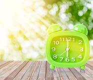 Retro `-klocka för nolla 6 och morgonsol med ljust Royaltyfri Fotografi
