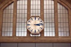 Retro klocka i järnvägsstationen Royaltyfria Bilder