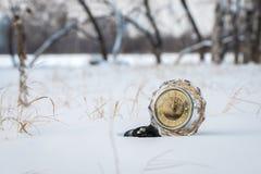 Retro klocka i snön Arkivbilder