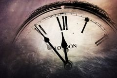 Retro klocka med fem minuter för tolv Arkivbild