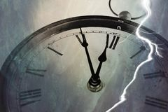 Retro klocka med fem minuter för tolv Arkivbilder