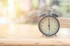 Retro klocka på `-klockan för nolla 6 på den wood tabellen Fotografering för Bildbyråer