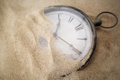 Retro klocka på sand Arkivfoton