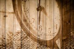 Retro klocka på selektiv fokus för wood bakgrund på för nolla-` för nummer 6 klockan Arkivfoto