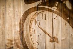 Retro klocka på selektiv fokus för wood bakgrund på för nolla-` för nummer 10 klockan Royaltyfri Foto