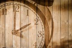 Retro klocka på selektiv fokus för wood bakgrund på för nolla-` för nummer 2 klockan Arkivfoton