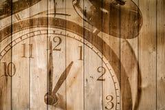 Retro klocka på selektiv fokus för wood bakgrund på för nolla-` för nummer 1 klockan Royaltyfri Bild