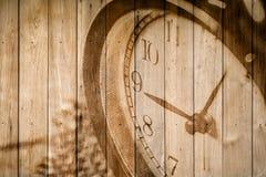 retro klocka på selektiv fokus för wood bakgrund på för nolla-` för nummer 9 klockan Royaltyfri Bild