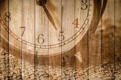 retro klocka på selektiv fokus för wood bakgrund på för nolla-` för nummer 5 klockan Royaltyfria Bilder