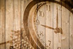 retro klocka på selektiv fokus för wood bakgrund på för nolla-` för nummer 9 klockan Arkivfoton