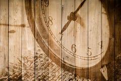 Retro klocka på selektiv fokus för wood bakgrund på för nolla-` för nummer 7 klockan Arkivbild