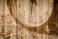 Retro klocka på selektiv fokus för wood bakgrund på för nolla-` för nummer 6 klockan Royaltyfria Foton