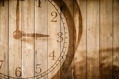 Retro klocka på selektiv fokus för wood bakgrund på för nolla-` för nummer 3 klockan Arkivfoto