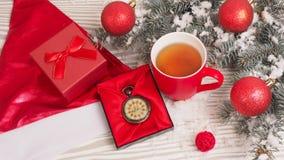 Retro klocka på träbakgrund Julfilial och klockor Fotografering för Bildbyråer