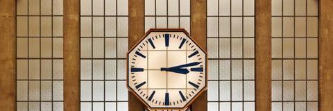 Retro klocka på väggen av järnvägsstationen Royaltyfri Fotografi