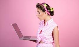 Retro kobieta z moneybox Ładna dziewczyna w rocznika stylu Gospodyni domowa szpilka w górę kobiety z modnym makeup pinup dziewczy obraz royalty free