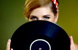 Retro kobieta z muzycznym winylowym rejestrem Szpilki kobiety retro styl Zdjęcie Royalty Free