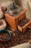 Retro koffie grinderwith kop stock fotografie