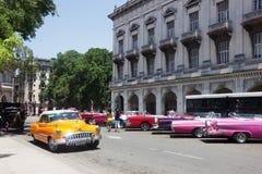 Retro kolorów samochody w śródmieściu Hawański Zdjęcia Stock