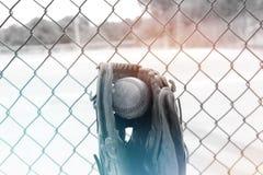 Retro koloru przedstawienia piłka w baseball rękawiczce obrazy stock