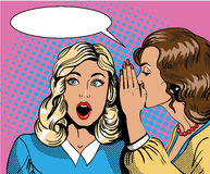 Retro- komische Vektorillustration der Pop-Art Frau, die Klatsch oder Geheimnis zu ihrem Freund flüstert Stockbild