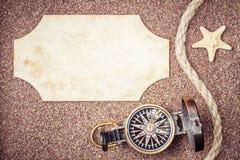 Retro kompas op strand Royalty-vrije Stock Foto's