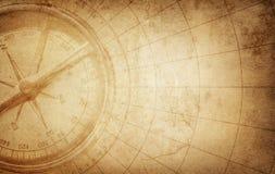 Retro kompass för gammal tappning på forntida översikt Överlevnad utforskning Royaltyfri Fotografi