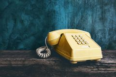 Retro kontorstelefon för tappning med tryckknappstil, gammalt objekt arkivbild