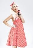 Retro- Konzepte Sexy kaukasischer Pinup-blonde Frau mit Getränk-Flasche Lizenzfreies Stockfoto