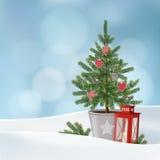 Retro kort för tappningjulhälsning, inbjudan Snöig vinterlandskap med dekorerad gran, prydlig julgran, lykta Royaltyfria Bilder