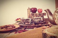Retro kuchenny stół w nostalgicznego wciąż życia stylu Obrazy Stock