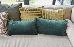 Vardagsrum Retro : Brun retro soffa arkivfoto bild
