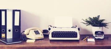Retro kulört för Eightieskontorsskrivbord Arkivfoton
