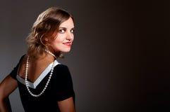 Retro kvinna för Coquette i pärlor arkivfoton